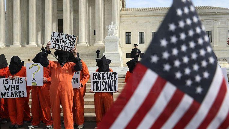 Demonstranten bij het Amerikaans Hooggerechtshof pleiten voor sluiting van de Guantánamo-gevangenis op Cuba.