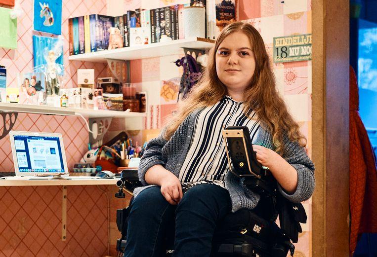 Julie van Tichelen (19) lijdt aan de spierziekte SMA, maar komt net als gezonde leeftijdsgenoten pas achteraan in de vaccinrij. Nochtans is corona voor haar levensgevaarlijk.   Beeld Thomas Nolf