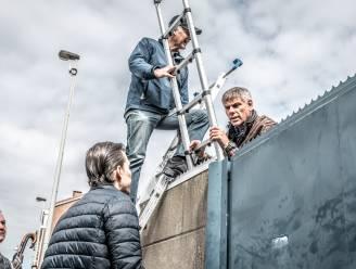 """Vlaams Belang bezet nieuw asielcentrum Deurne: """"Onze stad is vol"""""""