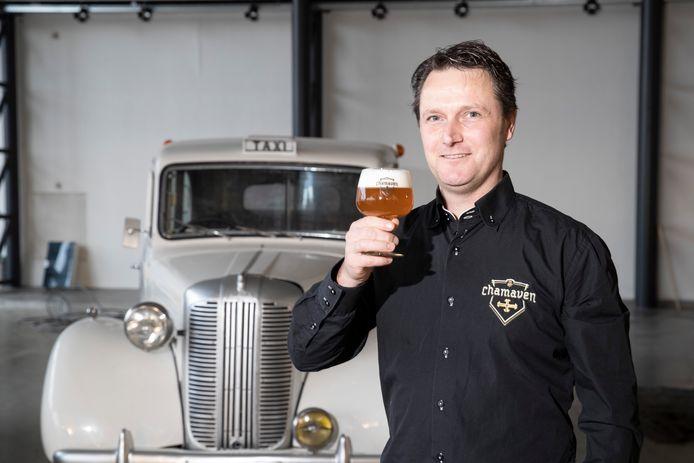 Robbert Wortelboer proost in het voormalige Motrac-pand met een Chamaven-biertje op de toekomst. ,,Onze maximum brouwcapaciteit is nu 500 liter per keer en dat gaan we verdubbelen. We beginnen met het maken van 500 liter en breiden dat in de nieuwe brouwerij gestaag uit naar 1.000 liter.''