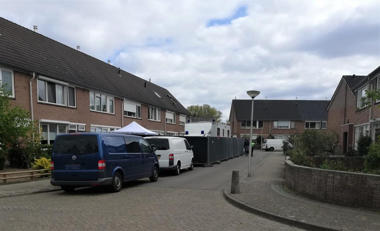 Medewerkers van de LPD bij de afgeschermde woning. Voor de derde opeenvolgende dag wordt er forensisch onderzoek gedaan in Jan Vermeerstraat in Haaksbergen.