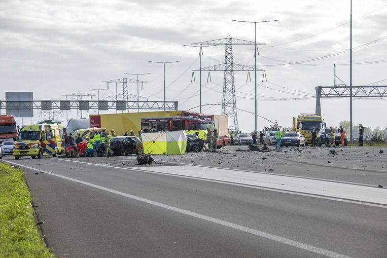 De snelweg A2 tussen Utrecht en Amsterdam bij Vinkeveen was helemaal afgesloten door een ernstig ongeval.  Beeld ANP