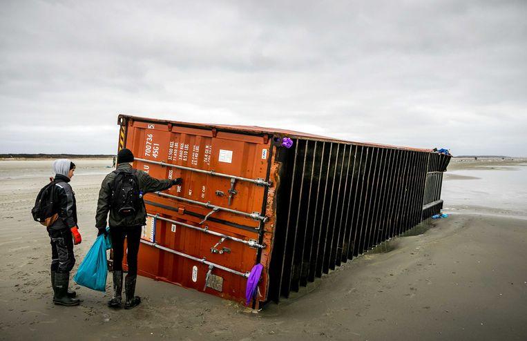 Een aangespoelde container van de MSC Zoe 270 op het strand van Schiermonnikoog.  Beeld ANP