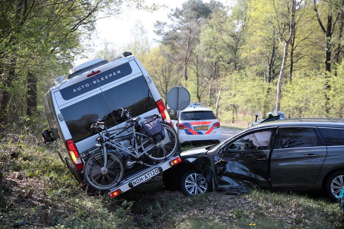 De camper botste maandochtend op de N347 bij Lemele op de personenauto, die de weg over wilde steken. Niemand raakte gewond.