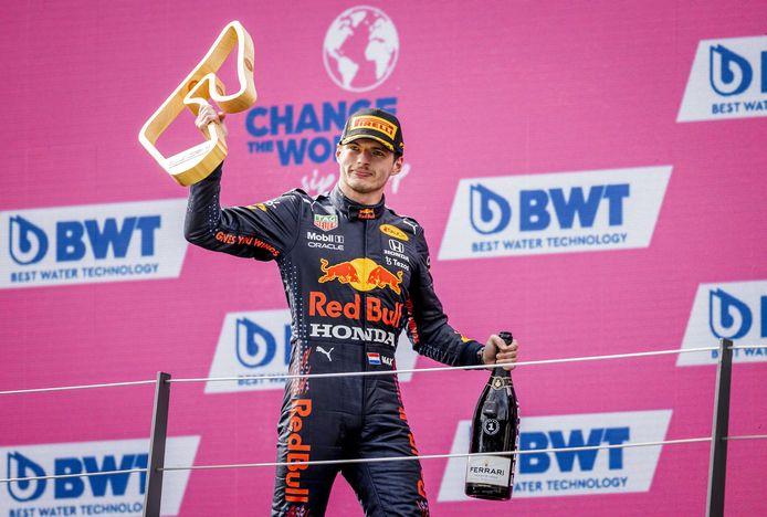 Max Verstappen staat na negen races al op 182 punten, al 32 boven Lewis Hamilton.