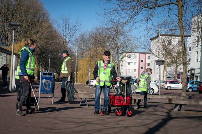 De 'dinsdagochtendgroep' van Heel Arnhem Schoon aan het werk in Malburgen-West.