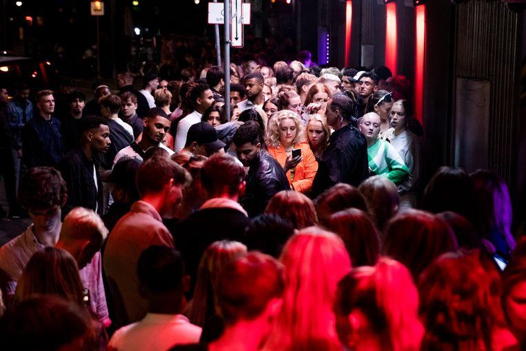 Rijen voor nachtclub Rumors in Kopenhagen vorig weekend. Vanaf vandaag mag iedereen er ook zonder coronapas naar binnen.  Beeld EPA