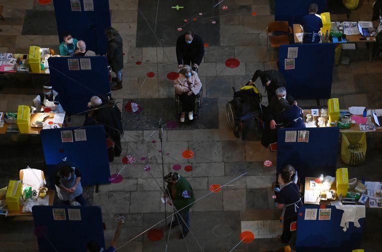 Mensen krijgen het coronavaccin in de kathedraal van Salisbury. Beeld EPA