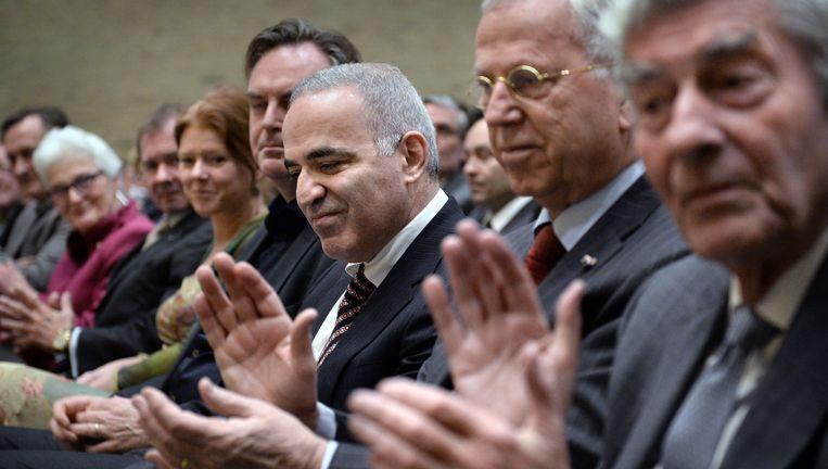 Garri Kasparov, vlak voor zijn rede in Tilburg. Geheel rechts oud-premier (en oud-hoogleraar in Tilburg) Ruud Lubbers. Beeld Marcel van den Bergh / de Volkskrant