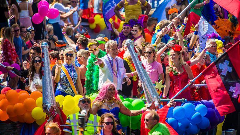 Van der Laan vaart mee tijdens de Canal Parade in 2016 en geniet. Beeld Maarten Brante