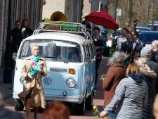 Uitvaart Ichelle zoals ze dat waarschijnlijk zelf had gewild, in oud Volkswagenbusje en met vrolijke dixielandmuziek