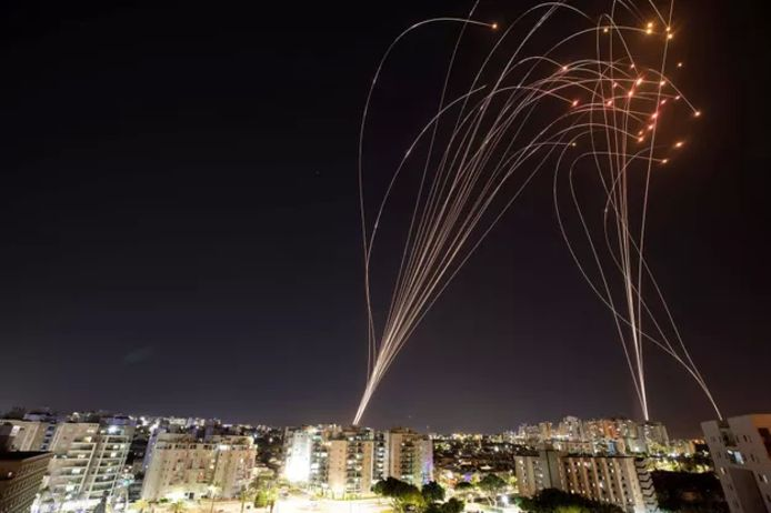 Des rayons lumineux sont visibles lorsque le système antimissile israélien Iron Dome intercepte des roquettes lancées depuis la bande de Gaza en direction d'Israël.