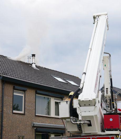 Zolderbrand in Deursen-Dennenburg, brand onder controle nadat brand overslaat naar het dak van buren