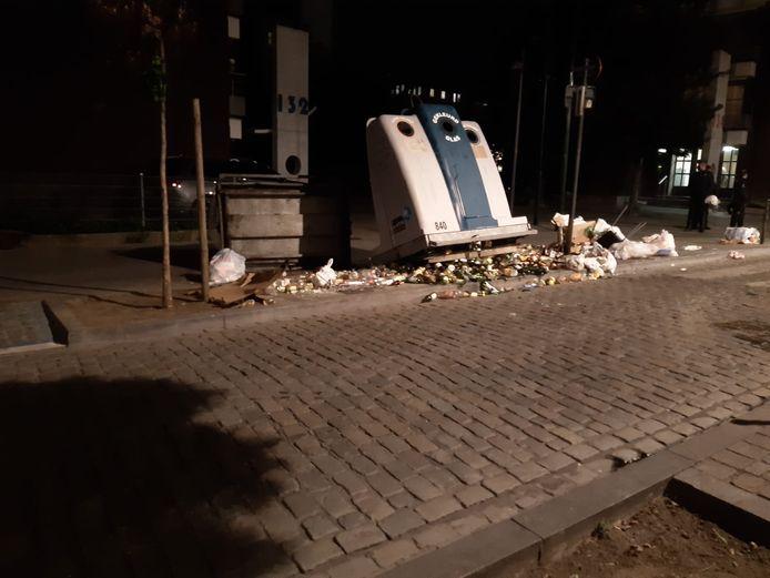Dertig jongeren staken vuilnisbakken in brand en gooiden molotovcocktails naar de brandweer.