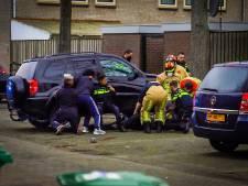 Auto valt van verhoging op klussende man: slachtoffer overlijdt ter plaatse