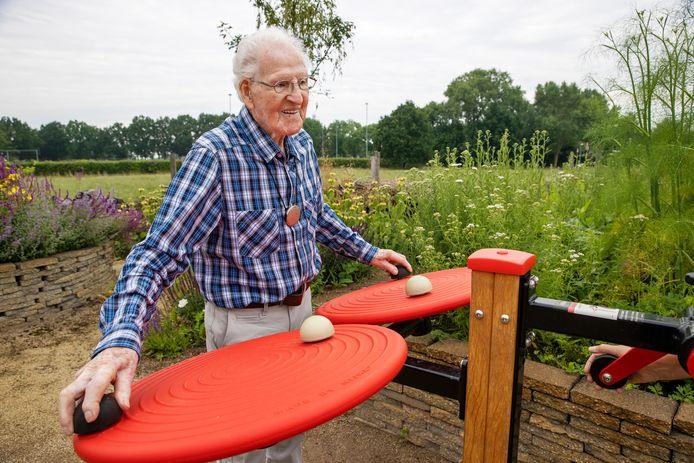 Sjef Vialle opent de beweegtoestellen in de Belevingstuin.