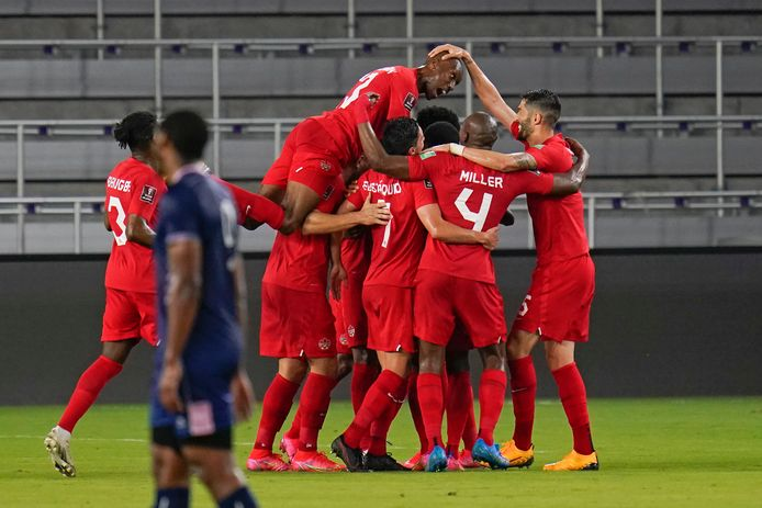 De spelers van Canada vieren een doelpunt tegen Bermuda.