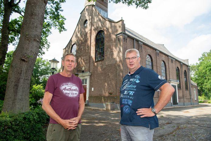 Wim Kemink (links) en Harjan Winter bij kerk De Lantaarn in Lutten. De Gereformeerde Kerk en de Hervormde Gemeente in Lutten, Slagharen en Schuinesloot gaan na de zomer verder als één Protestantste Gemeente.