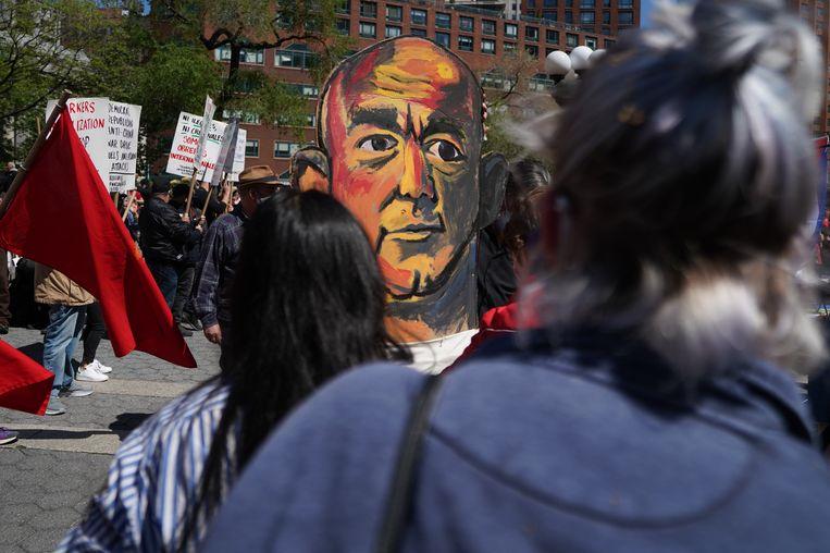 Demonstranten houden op de Dag van de Arbeid een marionet van Amazon-ceo Jeff Bezos vast tijdens een 1 mei-protest in New York. In heel Amerika eisten mensen op de traditionele dag van arbeidersrechten een eerlijke behandeling door Amazon. Beeld David Dee Delgado / Getty