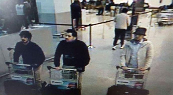 De bewakingsbeelden van luchthaven Zaventem. De man links op de foto blijkt Najim Laachraoui te zijn, de man in het midden Ibrahim El Bakraoui. Wie rechts op de foto staat, is nog niet bekend.