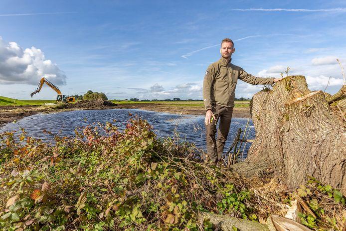 Jeroen Buunen in het gebied waar de komende tijd gewerkt wordt. Bomen en struiken verdwijnen.