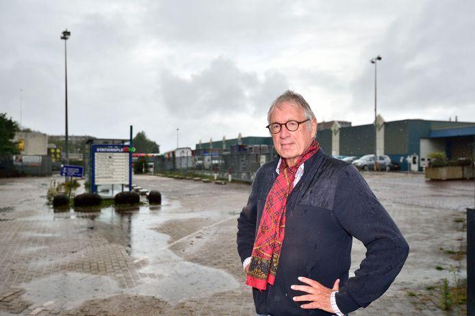 Dries Nagtegaal op het huidige terrein van de Voedselbank bij het station in Gouda. De voorziening gaat verhuizen naar de Noordpool.