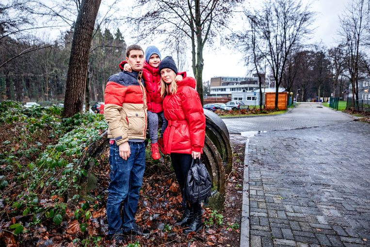 Sasja, Julia en zoontje Artjom voor het AZC van Wageningen.  Beeld Raymond Rutting / de Volkskrant