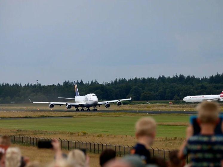 Boeing 747 verlaat Twente Airport onder grote belangstelling