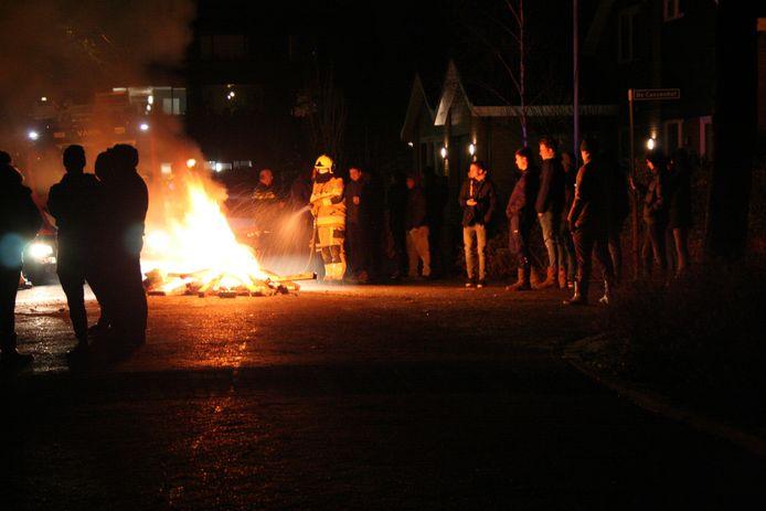 De brandweer blust een vreugdevuurtje in de Groenestraat in Ophemert.