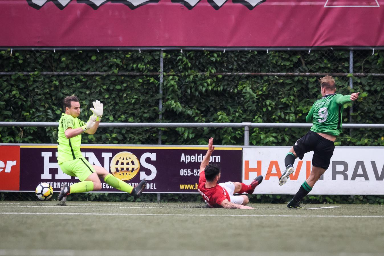 Doelman Mart Nieuwenhuis (links) tijdens het duel met Capelle in de nacompetitie.