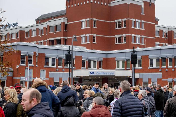 Inwoners van Lelystad tijdens een manifestatie waarbij zij de zorgverleners van het MC Zuiderzee een hart onder de riem wilden steken.