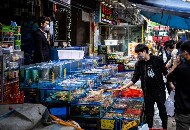 De vismarkt in Guangzhou, in de provincie Guangdong. Beeld EPA