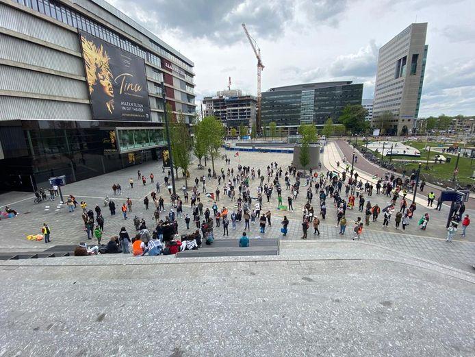 Er zijn zo'n twee- tot driehonderd mensen aanwezig op het Jaarbeursplein.