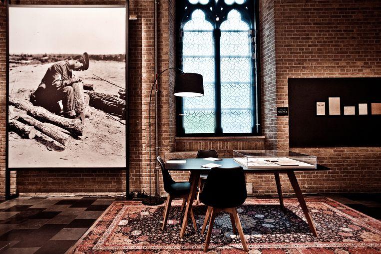 In Flanders Field Museum lijkt even meer op een bibliotheek. In aparte leeszaaltjes kun je in alle rust onder meer brieven van soldaten doornemen. Beeld jonas lampens