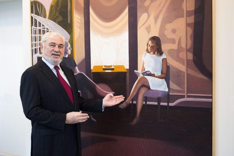 Fernand Huts presenteert een kunstwerk in het hoofdkwartier van Katoen Natie. Beeld Alex Vanhee