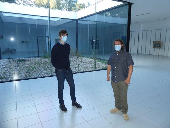 Directeur Antony Hudek en medewerker Janus Boudewijns in de grote tentoonstellingsruimte met de patio, die het eerst wordt aangepakt.