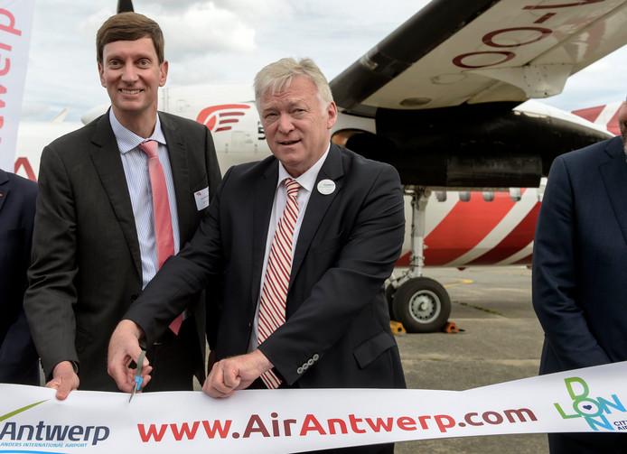 Le PDG d'Air Antwerp, Johan Maertens (à g.), et le PDG de l'aéroport d'Anvers, Marcel Buelens (à d.), à l'occasion du lancement des activités d'Air Antwerp et de la réouverture de la légendaire route commerciale Anvers-London City Airport ce lundi 9 septembre