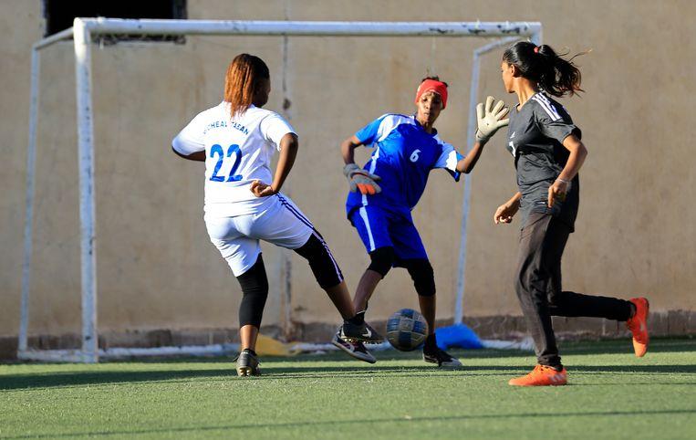 In Zuid-Soedan en Soedan zijn er sinds kort voetbalcompetities voor vrouwen. Voorheen was dat niet toegestaan. Beeld Hollandse Hoogte / AFP