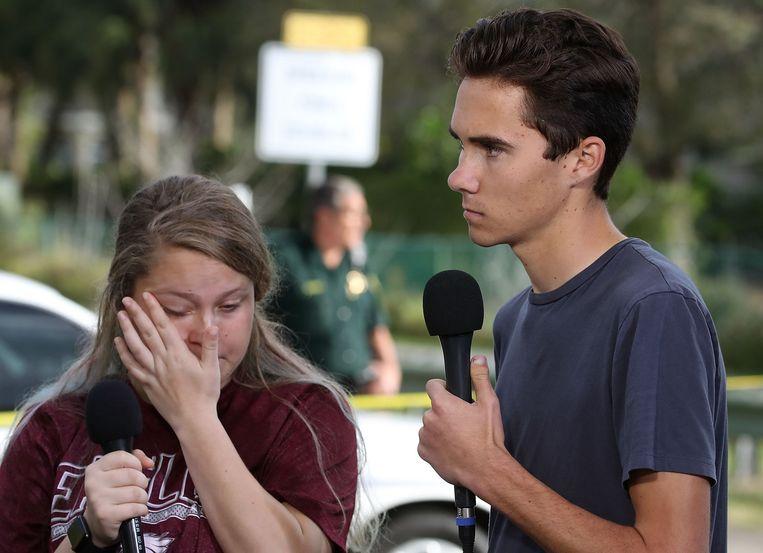 Scholier David Hogg (rechts) vertelt over de schietpartij op zijn middelbare school in Parkland in de Amerikaanse staat Florida. Beeld AFP