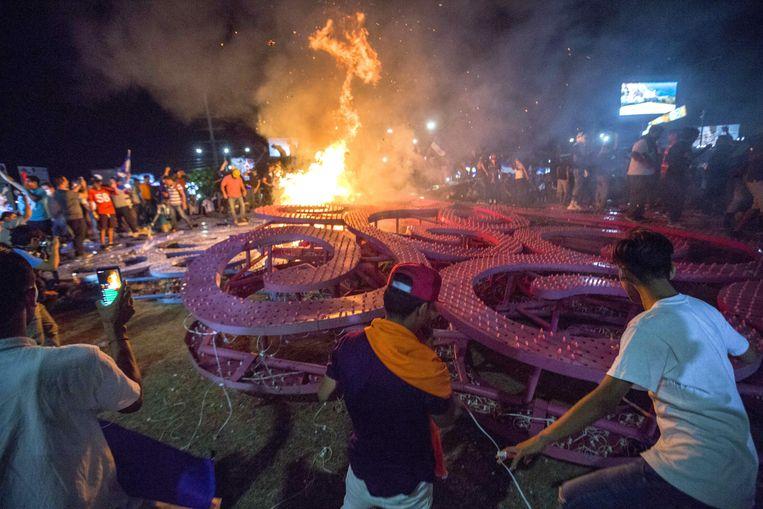 Een 'Levensboom', opgericht door vice-president Rosita Murillo, is neergehaald door demonstranten. Beeld EPA