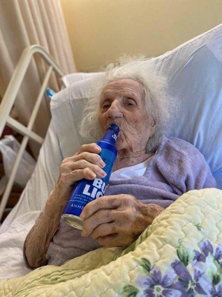 Jennie Stejna geniet van een Bud Light op haar rusthuisbed.