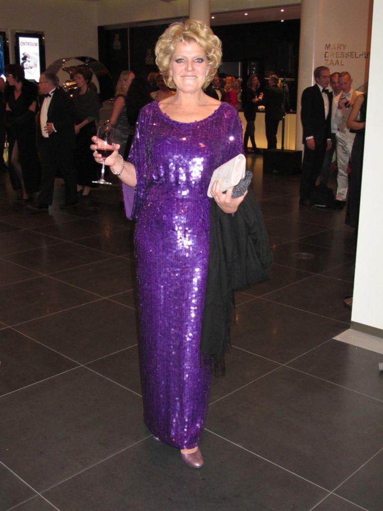 Prachtige jurk vana Mart Visser, lekker glanzend, heel goed gecombineerd met dat glas wijn - Simone Kleinsma. <br /> Beeld