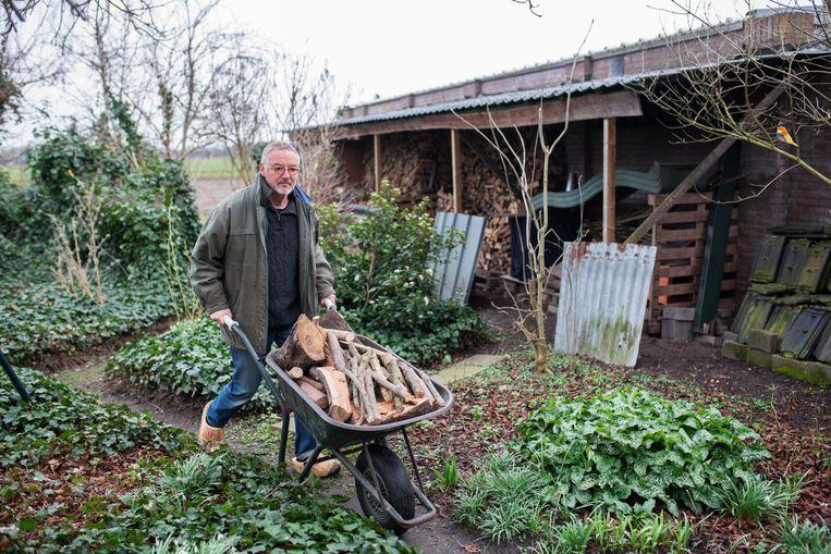 Geert Verstegen uit Sint Hubert stopt met stoken zodra zijn houtvoorraad op is. Beeld Sabine van Wechem