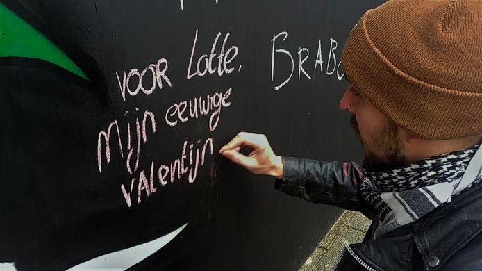 Voorbijgangers kunnen met krijt een liefdevolle boodschap achterlaten op de liefdesmuur aan de Korvelseweg in Tilburg.