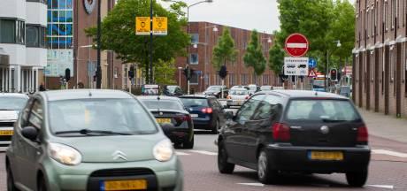 Omstreden eenrichtingsverkeer in centrum Apeldoorn weer van de baan