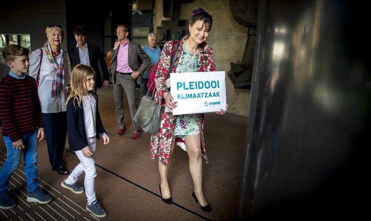Marjan Minnesma, directeur van Urgenda, voor aanvang van de rechtszaak in mei 2018 tegen de Staat over terugdringing van de CO2-uitstoot. Beeld EPA