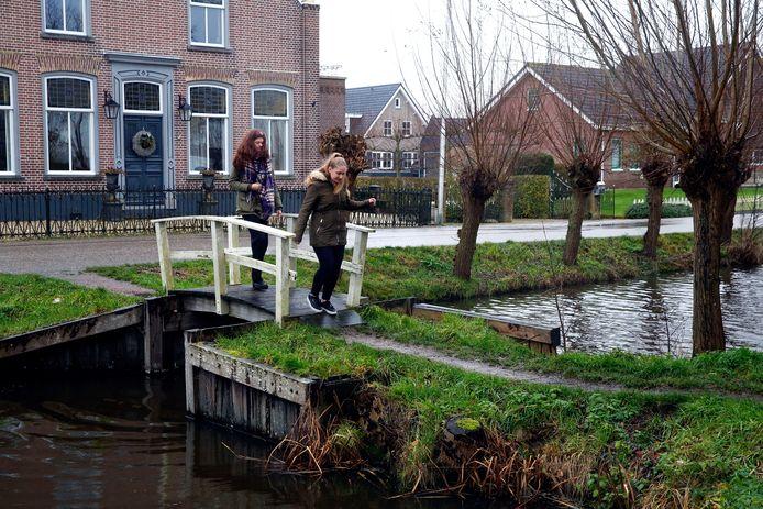 Dwars door het dorp stroomt het gelijknamige riviertje. Op enkele plekken is het water zo smal dat er een kleine brug nodig is zodat bewoners van de Noordzijde naar de Zuidzijde kunnen oversteken, de twee belangrijkste wegen in het dorp.