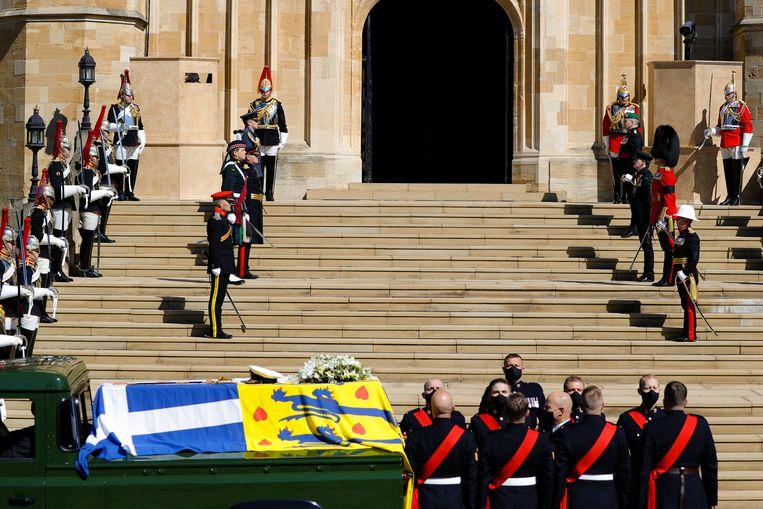 De kist van prins Philip arriveert bij de St George's Chapel, waar zaterdagmiddag de uitvaart begonnen is. Beeld AP