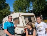 Woonwagenprotest Tilburgs gezin voor stadhuis: 'Een huis is niet ons thuis'