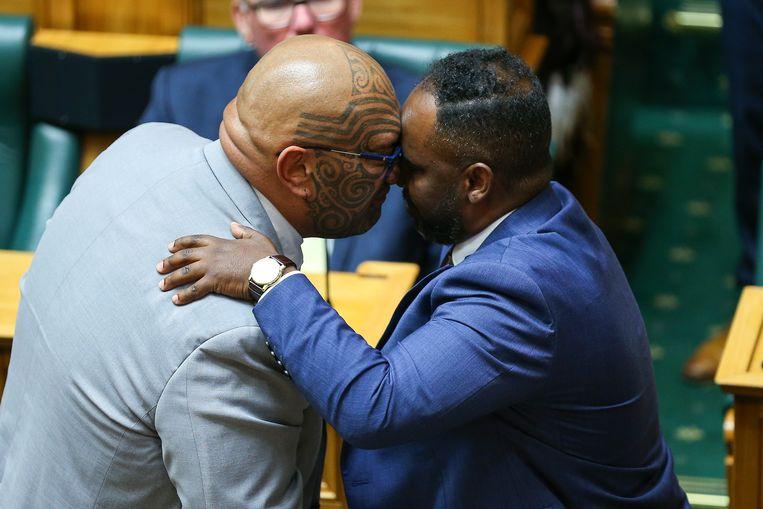 Een lid ban de Labourpartij (r) ontvangt een traditionele 'hongi' van een leider van de Maori-Partij in het parlement van Nieuw-Zeeland.  Beeld Getty Images